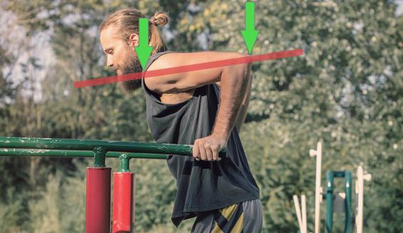 Am untersten Punkt eines Dips sollte die Schulter etwas tiefer als deine Ellenbogen sein.